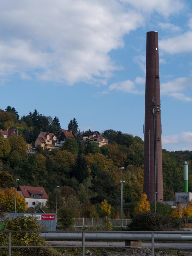 Blick von der Talstraße zum die Gegend dominierenden Schornstein des Heizwerkes