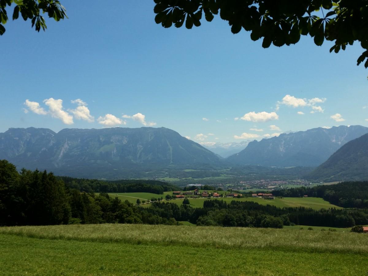 Blick über Piding zum Untersberg und zum Lattengebirge