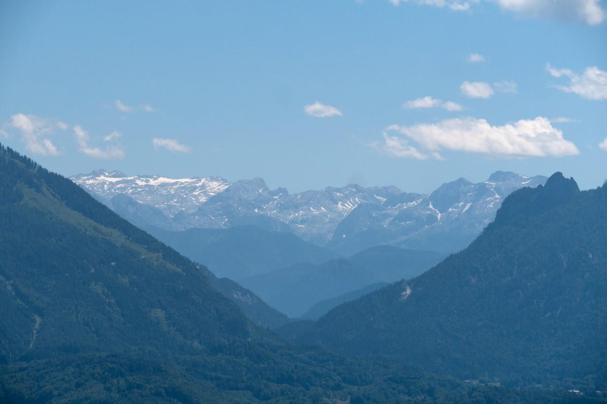 Ein Durchblick über das Reichenhaller Becken zu den Berchtesgadener Alpen